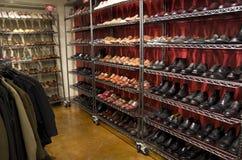 Magasin de chaussures élégant d'habillement d'homme Photos libres de droits