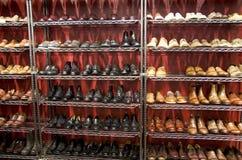 Magasin de chaussures élégant d'habillement d'homme Photographie stock