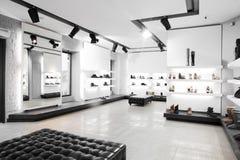 Magasin de chaussures de luxe avec l'intérieur lumineux Photos stock