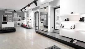 Magasin de chaussures de luxe avec l'intérieur lumineux Photo stock