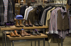 Magasin de chaussures de vêtements de mode d'hommes d'homme Image stock
