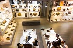 Magasin de chaussures et d'accessoires images stock