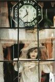 Magasin de fenêtre, une poupée avec la robe de dentelle et chapeau spécial photo stock