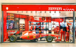 Magasin de Ferrari avec la voiture F1 à l'aéroport de Guglielmo Marconi Photo stock