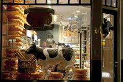 Magasin de fromage dans le secteur de lumière rouge image stock