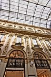 Magasin de Gucci dans le puits Vittorio Emanuele II à Milan images stock