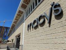Magasin de Macy's à Honolulu avec construire en construction dans images stock