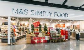 Magasin de marques et de Spencer Marks et de Spencers de nourriture simplement, terminal du sud, Londres Gatwick, Angleterre Photos libres de droits