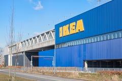 Magasin de meubles d'Ikea de verso avec le garage d'entrée Photos stock