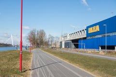 Magasin de meubles d'Ikea de verso avec le garage d'entrée Photo libre de droits