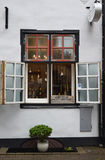 Magasin de miel de fenêtre de vintage à Riga Photo stock