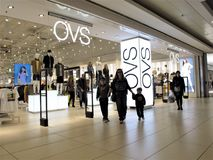 Magasin de mode d'OVS ? Rome image stock
