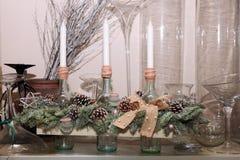 Magasin de Noël d'étalage avec trois bougies et chandeliers blancs Photographie stock libre de droits