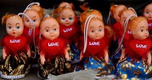 Magasin de poupées d'amour à un marché en plein air à Delhi Image stock