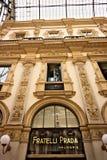 Magasin de Prada au puits Vittorio Emanuele II à Milan images libres de droits