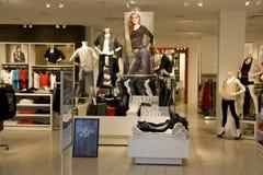 Magasin de vêtements de mode photographie stock libre de droits