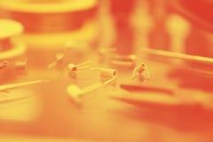Magasin de Vape avec les pièces de rechange vaping modernes de dispositif photo libre de droits