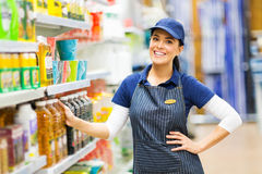Magasin de vendeuse de supermarché Photographie stock libre de droits