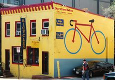 Magasin de vente et de réparation de bicyclette images libres de droits