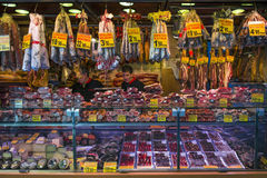 Magasin de viande au marché de Boqueria de La à Barcelone Photo stock