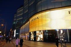 Magasin emblématique de Prada extérieur la nuit dans Pékin Image libre de droits