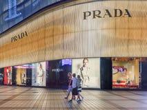Magasin emblématique de Prada la nuit, Pékin, Chine Photos libres de droits