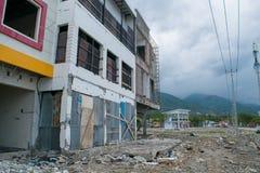 Magasin endommagé près du littoral provoqué par le tsunami à Palu photos stock