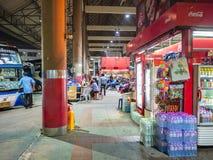 Magasin et autobus de attente de touristes sur la plate-forme en ville Thaïlande de Bangkok de gare routière de Mo Chit photo libre de droits