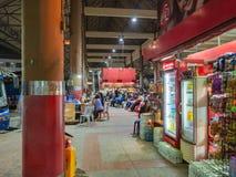 Magasin et autobus de attente de touristes sur la plate-forme en ville Thaïlande de Bangkok de gare routière de Mo Chit image stock