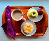 magasin för jordgubbar för kontinental för cornflakes för brödfrukostkaffe för giffel för djup kiwi för fält grunt Royaltyfri Fotografi