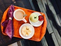 magasin för jordgubbar för kontinental för cornflakes för brödfrukostkaffe för giffel för djup kiwi för fält grunt Royaltyfria Bilder