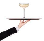 Magasin för uppassareinnehavsilver med champagne arkivbild