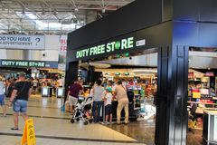 Magasin hors taxe à l'aéroport d'Antalya - juillet 2017 Image stock