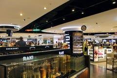 Magasin hors taxe à l'aéroport d'Antalya - juillet 2017 Photos libres de droits
