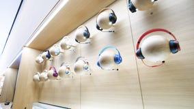 Magasin iconique Paris d'Apple Store Champs-Elysees d'écouteurs de battements banque de vidéos