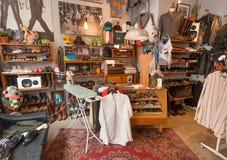 Magasin intérieur de vêtements de vintage avec de rétros chaussures, affiches et éléments drôles de décoration Photo stock