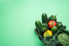 Magasin med avokadon för spanska peppar för nya organiska gröna gurkor för grönsaksavojkålzucchini röda gula på turkos Fotografering för Bildbyråer