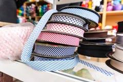 Magasin Passemanterie de fil Rolls avec les schémas de rubans colorés i Images libres de droits