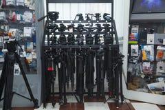 Magasin professionnel d'équipement de photo Étalage avec les trépieds photos libres de droits