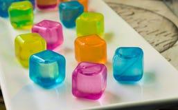 Magasinet av färgglat plast- vatten fyllde iskuber Royaltyfria Foton