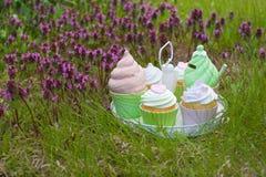Magasinet med glass, kakaask med våren blommar Arkivbild