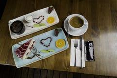 magasinet står på den skivade chokladkakan och drinken royaltyfria foton