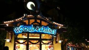 Magasins dans le secteur du centre célèbre de Disney, Disneyland Resort banque de vidéos