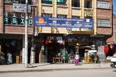 Magasins dans une rue d'El Alto, La Paz, Bolivie Images stock