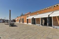 Magasins en verre près de la station de vaporetto dans Murano, Italie Photo stock
