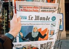 Magazine de Le Monde avec la conversion de Marine le Pen en Islam Photo stock