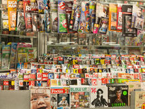 Magazines dans le support de presse Photos stock