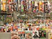 Magazines dans le support de presse photos stock