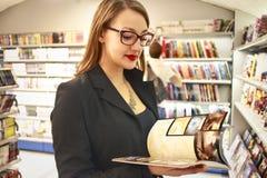 Magazines de lecture photographie stock libre de droits