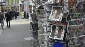 Magazines et journaux internationaux banque de vidéos